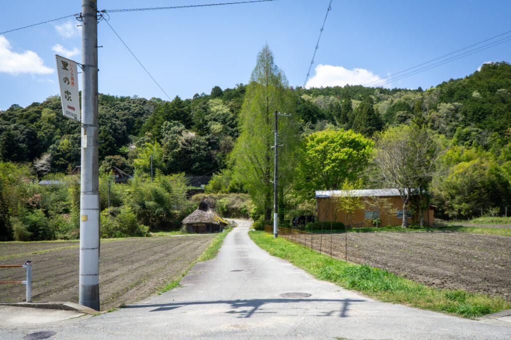 里の家への曲がり角